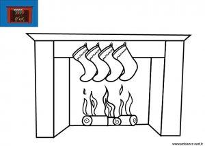 Coloriage de Noël Les chaussettes de Noël accrochées à la cheminée à imprimer gratuitement pour les enfants