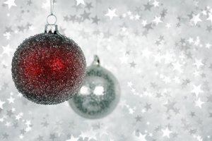Décorer son sapin avec les boules de Noël en polystyrène