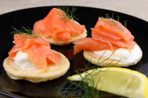 recette des blinis au saumon fum pour un app ritif de no l. Black Bedroom Furniture Sets. Home Design Ideas