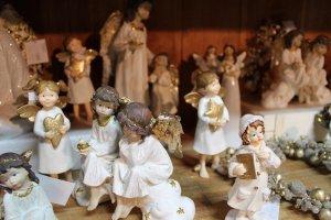 Les anges dans la crèche de Noël