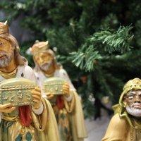 Les rois mages dans la crèche de Noël