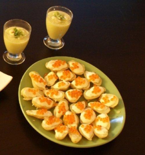 une recette de no l originale oeufs de saumon au wasabi sur lit de pommes de terre rattes. Black Bedroom Furniture Sets. Home Design Ideas